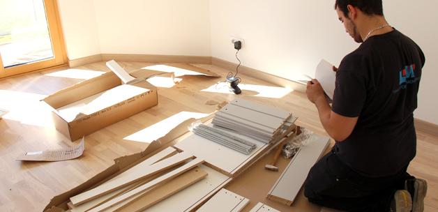 Les meubles en cours de montage dans chacune des 3 maisons Bois PE