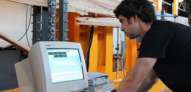 A l'aide de jauges collées sur la poutre, les déformations locales en 6 points distincts sont enregistrées sur un PC.
