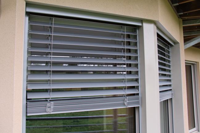 Store extérieur de protection solaire à lame orientable (BSO). Lames en métal. Réservation moyenne : H 220 x  L130 mm