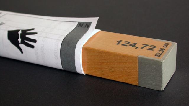 Canne en tilleul sérigraphié avec embouts métalliques et notice d'utilisation.