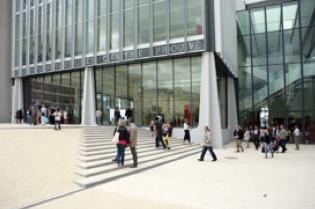 Centre Prouvé : le nouveau centre est pratique et très facilement accessible. FBC a le projet d'ériger sur le parvis, pour la durée du Forum, l'abri de Bertrichamps conçu par Studiolada avec l'ingénieur Nicolas Barthes. © DR